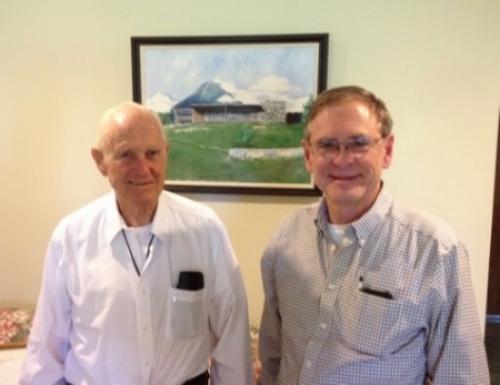 John Shackelford y Don Weisbrod:  En el centro es una pintura del campamento Cristiano Monte Zión en Guatemala que Juan fundó. El cuadro está mostrando el comedor con el volcán de Agua en el fondo.  Era ahí,    en frente del comedor,   queJohn dio a Don el reto de su vida  el 20 de julio de 1964 .
