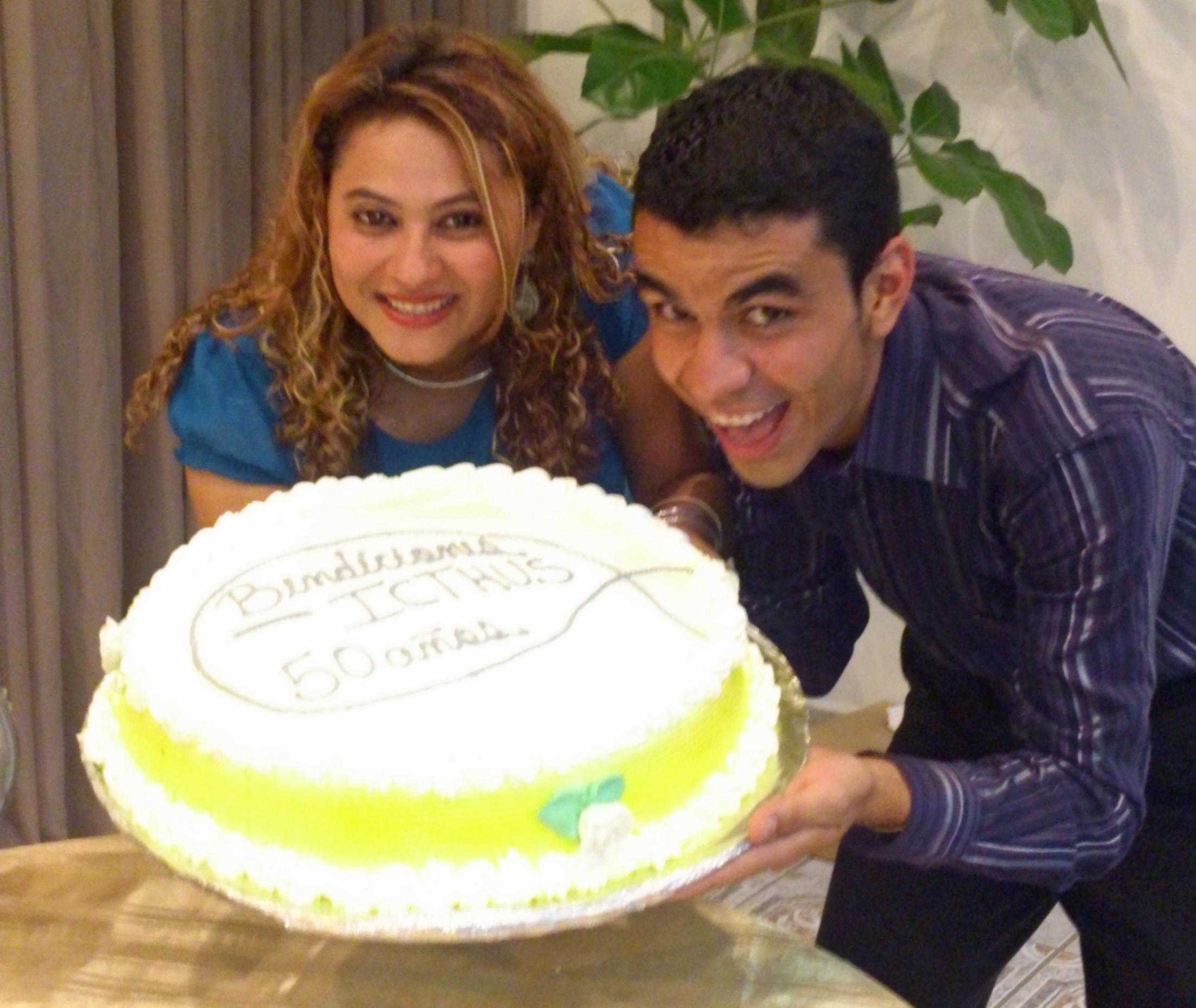 ¡Todos querían una foto con el pastel!