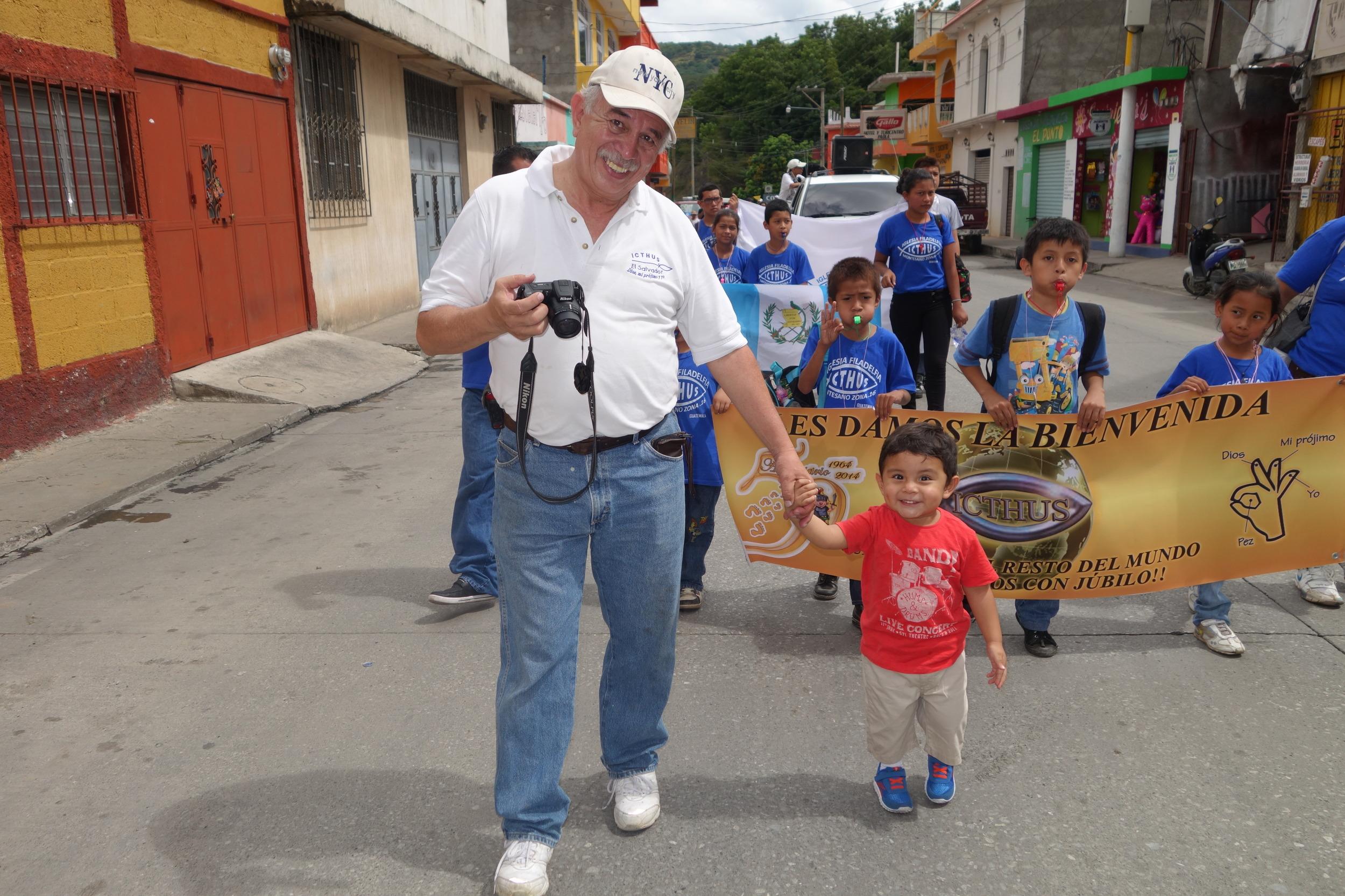 Desfile del cincuentenario en Guastatoya