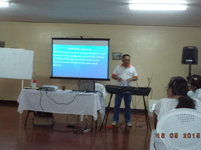 Nicaragua-Heroes y Legionarios-Mateo enseñando el canto oficial icthus-18mayo15.JPG