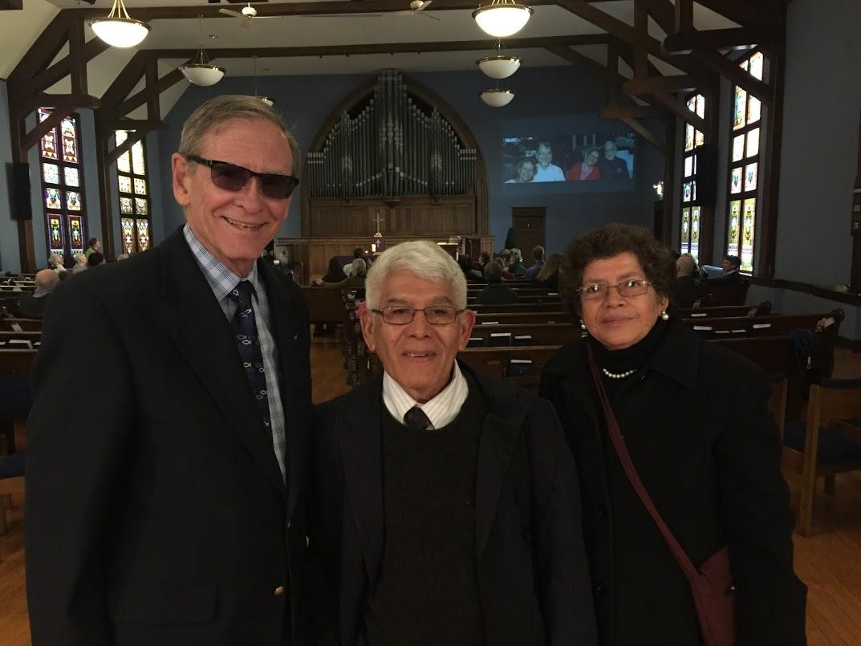 Gilo menez (centro) con su esposa Estela y don weisbrod