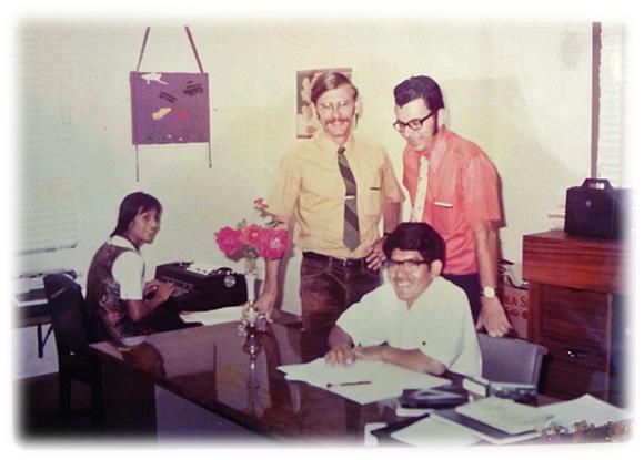 El equipo en la oficina icthus en guatemala en 1974 durante el proceso de escribir los manuales icthus para el programa de legionarios.