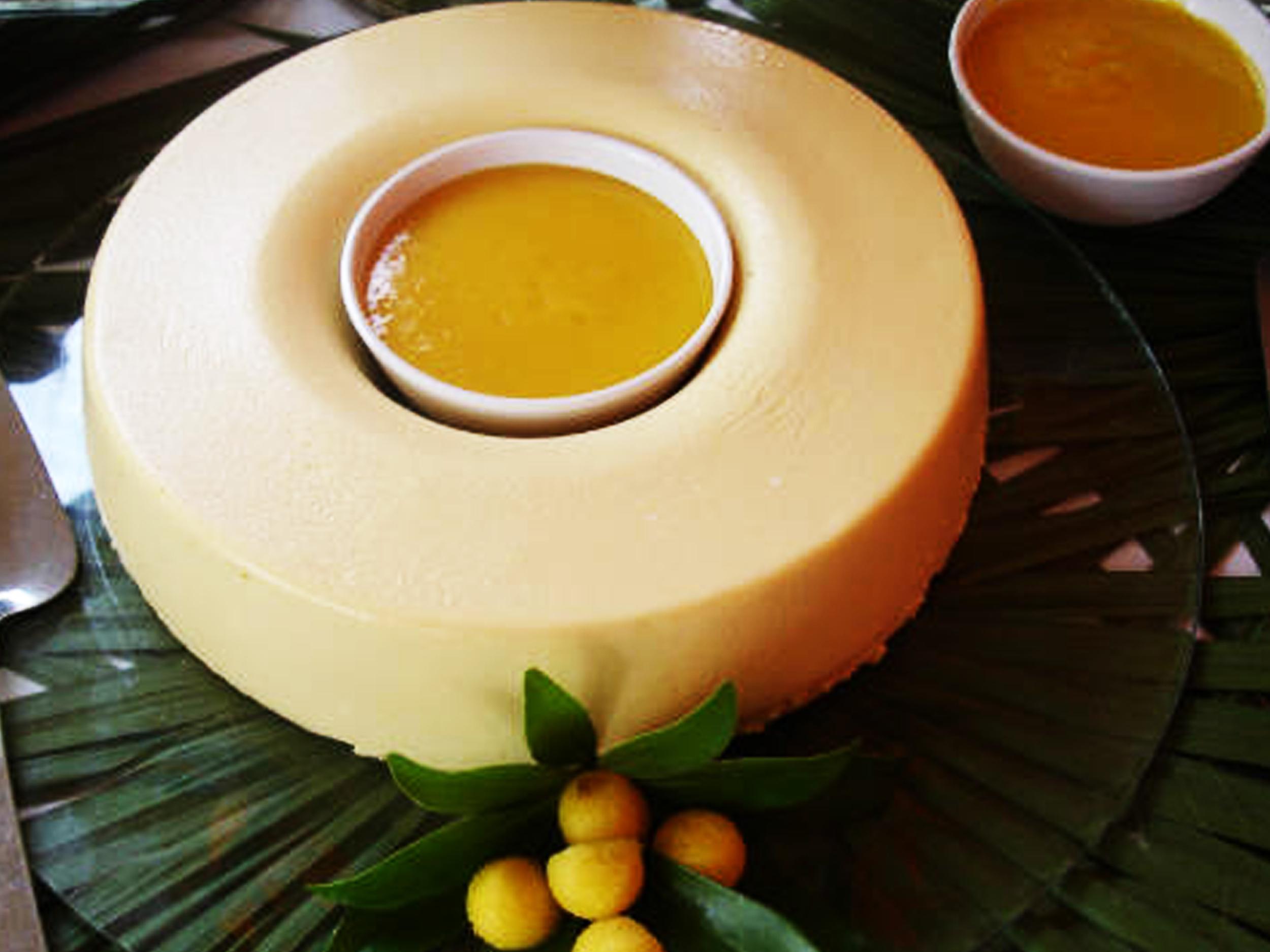 Mousse de Mango  Mousse de Mango con coulis de Mango con Amaretto. PRECIO: Chico $ 250.00 Grande $ 370.00