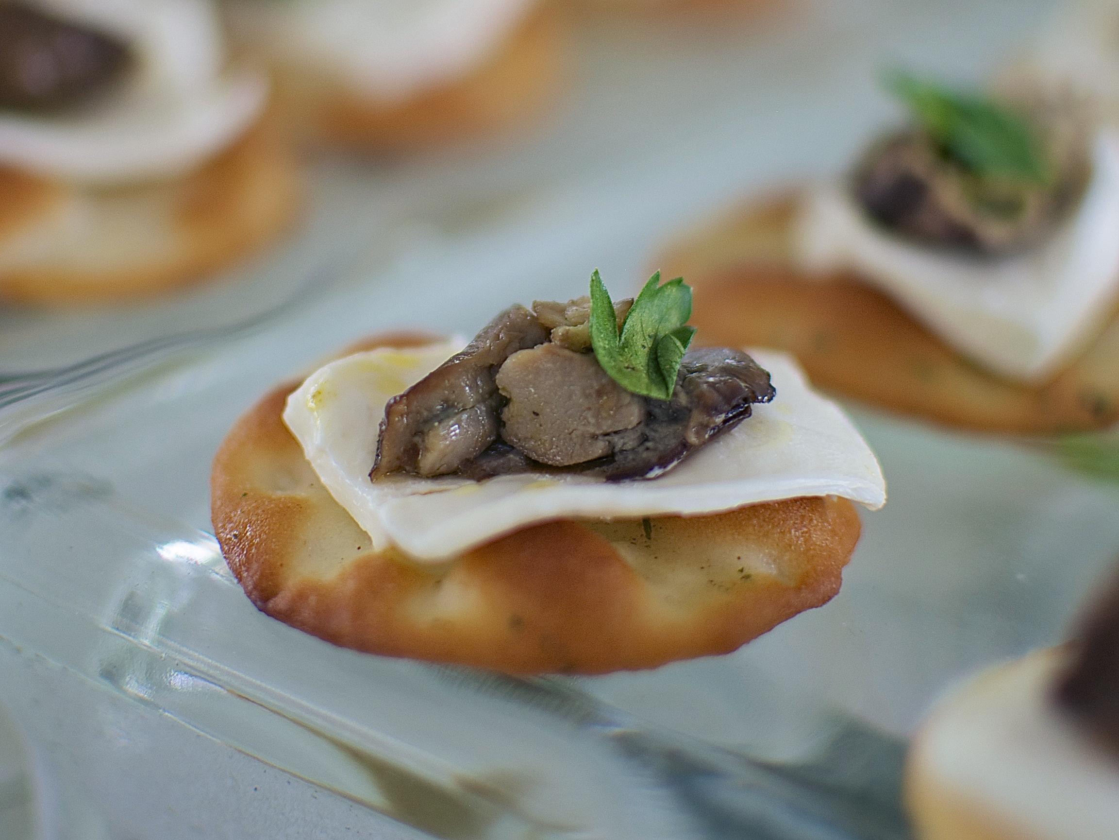 Galletita con Ostión Ahumado  Galletita con queso crema y ostiÓn ahumado. (MÍNIMO 25 PIEZAS) Precio por pieza $ 13.00