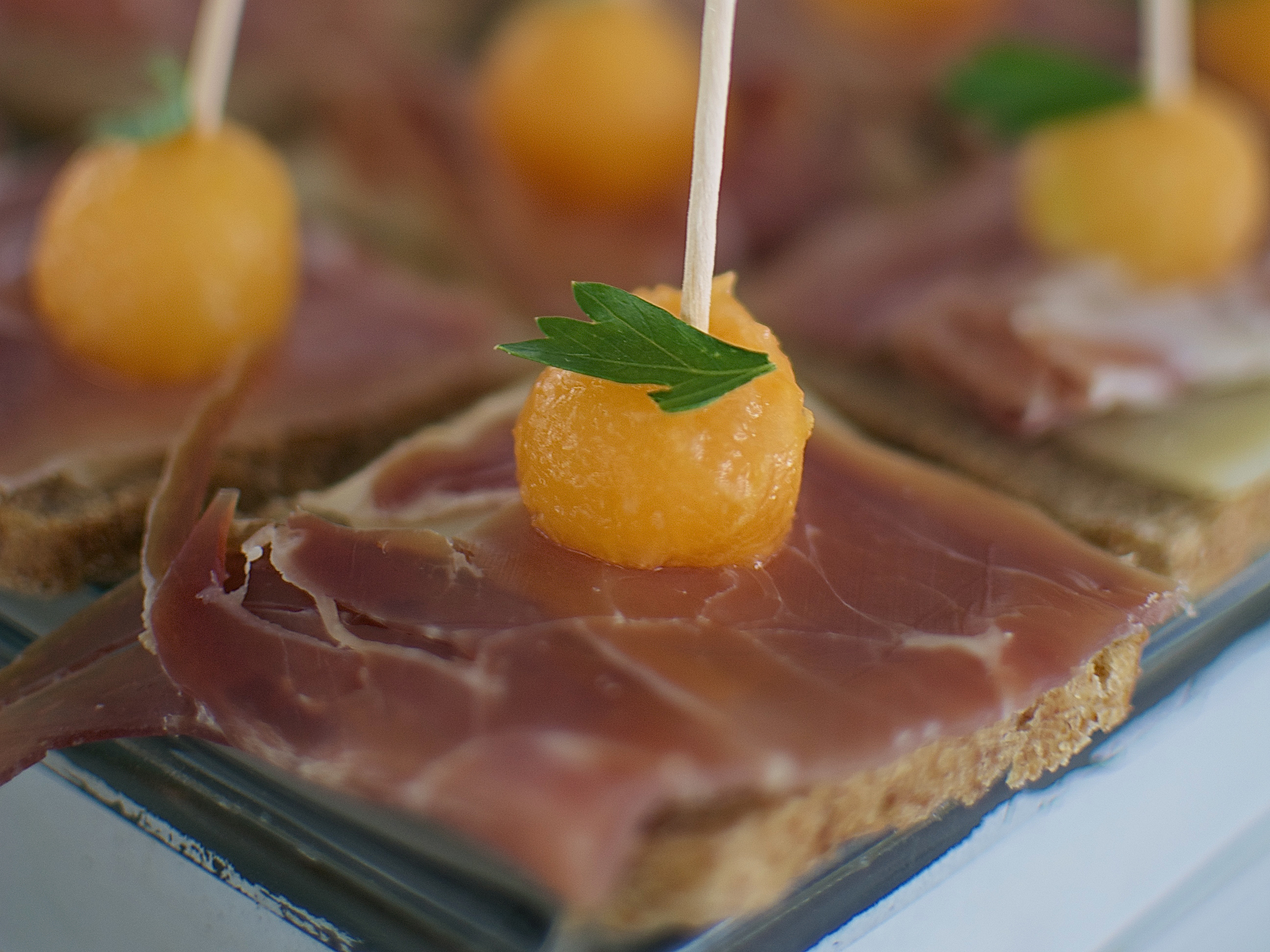 Tapas de Jamón Serrano  Pan de centeno, jamón serrano, queso suizo y melón. (MÍNIMO 25 PIEZAS) PRECIO POR PIEZA  $ 17.00