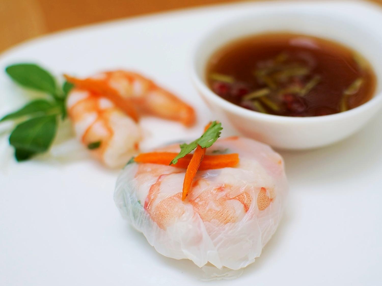 """Rollo """"Vietnam"""" de Camarón  Rollo de hoja de arroz con camarón, cilantro, albahaca,zanahoria y fideo maifun. MÍNIMO 25 PIEZAS. Precio por pieza $ 17.00"""