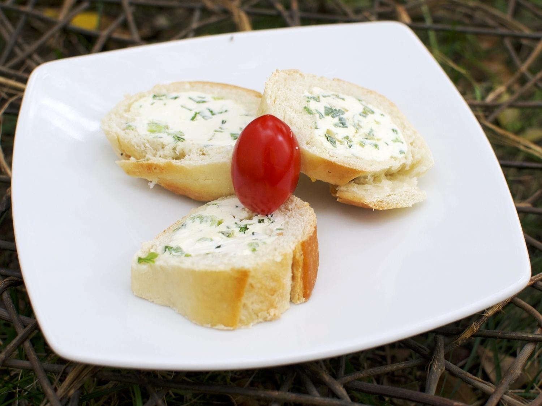 Baguetón de Cebollín  Panbaguette rebanado y relleno de queso crema con cebollín.  (MÍNIMO 25 PIEZAS)  Precio por pieza $ 12.00