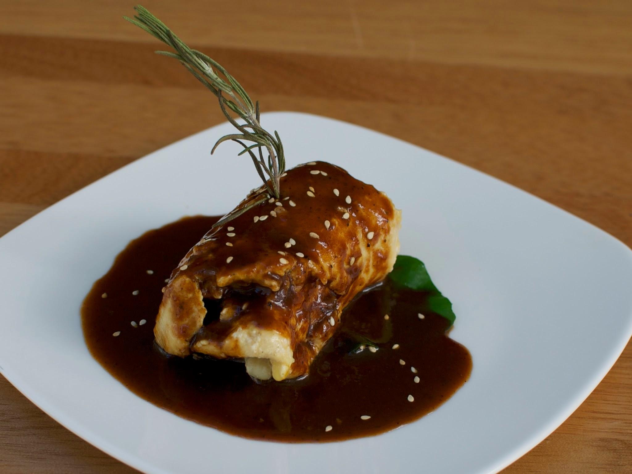 pollo relleno de rajas con elote y bañado en salsa de tamarindo con chile pasilla sobre un nopal  POR PERSONA: $ 90.00