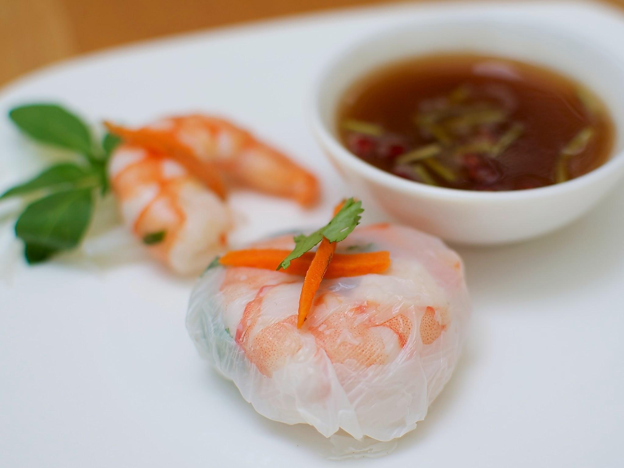 """Rollo """"Vietnam"""" de Camarón  Costalito de hoja de arroz relleno de camarón con fideo, cilantro y albahaca, acompañado de salsa de tamarindo thai. (MÍNIMO 25 PIEZAS) PRECIO POR PIEZA  $ 17.00"""