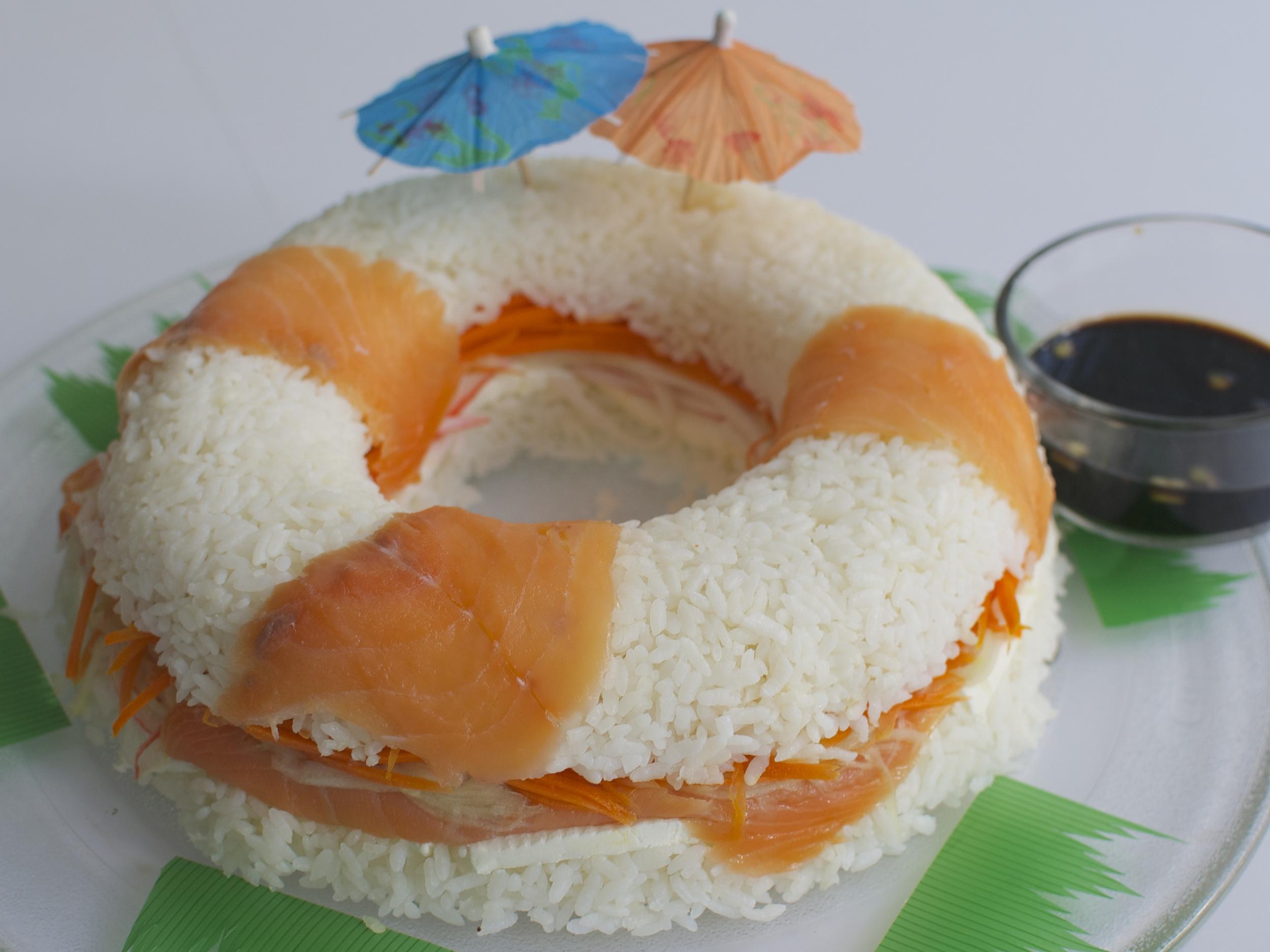 Rosca de Sushi de Salmón  Rosca de Sushi con Salmón Ahumado, Philadelphia, Zanahoria y Pepino, acompañada de salsa de Soya Precio Chica : $ 320.00 Precio Grande : $ 465.00