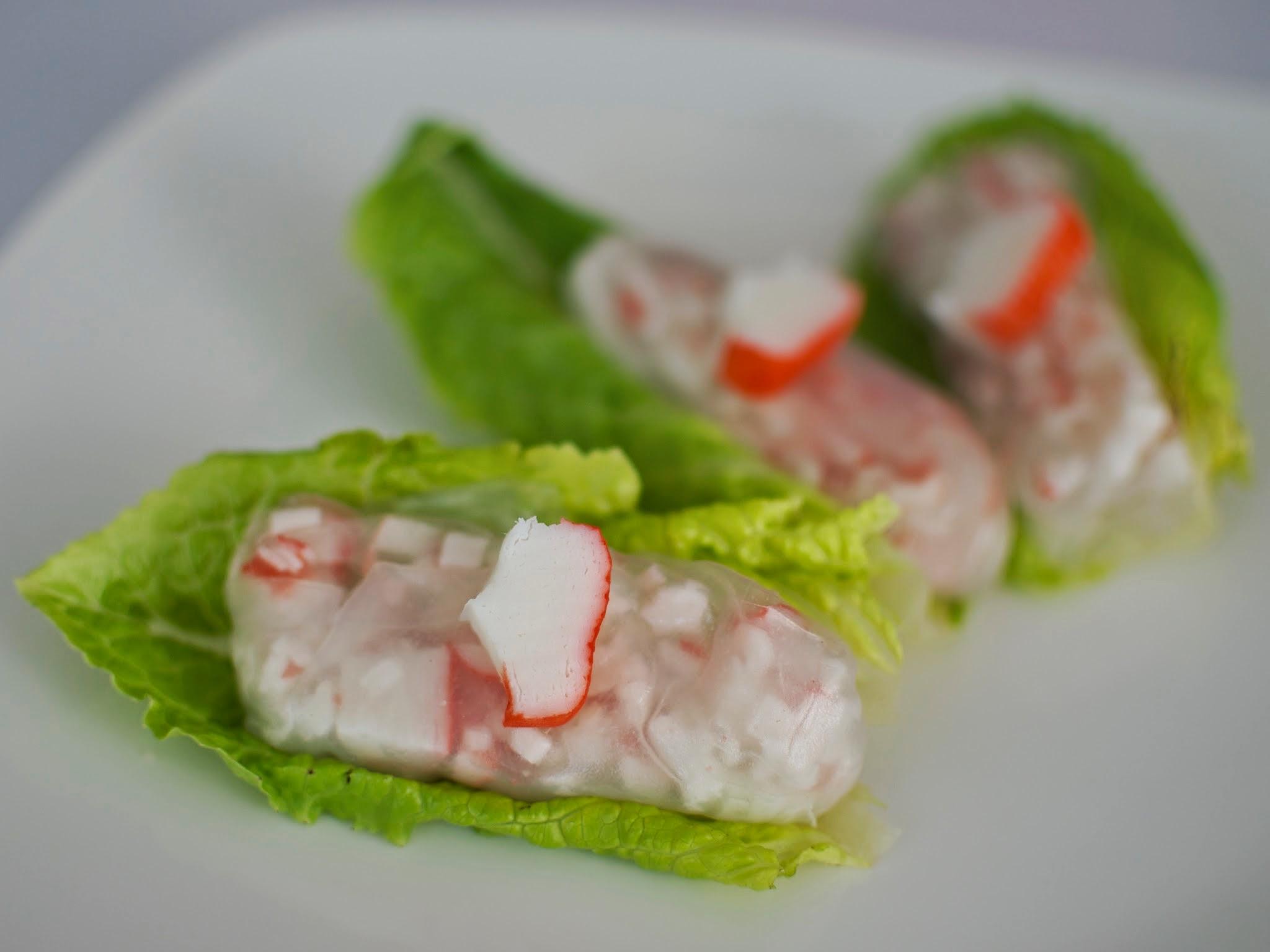 Rollos de Cangrejo  Rollos de surimi de cangrejo envuelto en hojade arroz sobre hoja de corazón de lechuga.  MÍNIMO 25 PIEZAS .  Precio por pieza $ 14.00
