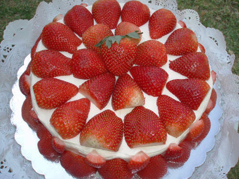 Fantasía de Fresas  Carlota de fresas, crema Chantilly y soletas. precio: 12 Personas $ 395.00 20 Personas $ 525.00