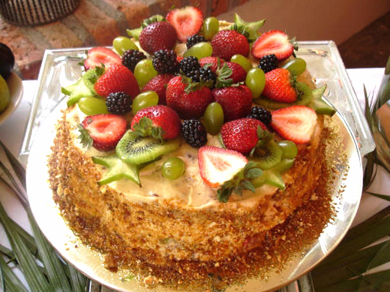 Almendra con Frutas  Pastel de almendra relleno de fresa, frambuesa y zarzamora, con crema de vainilla, praline de almendra y decorado con fruta. precio: 15 Personas $ 420.00 25 Personas $ 550.00