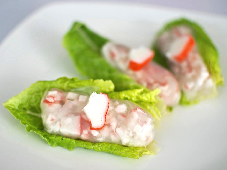 """Rollo """"Vietnam"""" de SURIMI  Costalito de hoja de arroz relleno de SURIMI confideo, cilantro y albahaca, acompañado de salsa de tamarindo thai.  (MÍNIMO 25 PIEZAS)   PRECIO POR PIEZA    $ 14.00"""