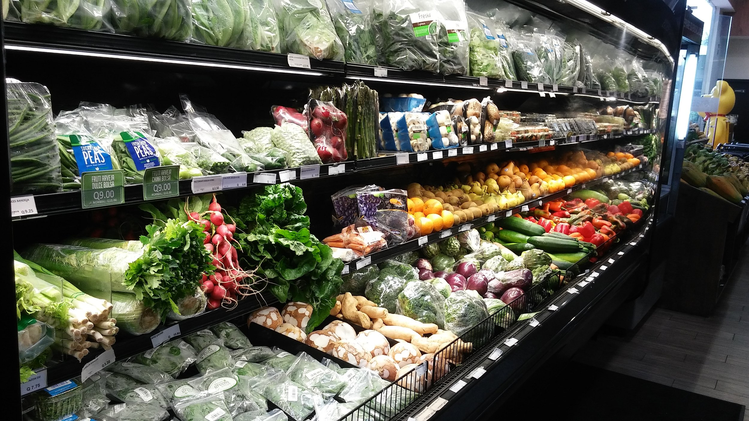 Types of packaging systems for fresh produce being displayed in Guatemalan supermarkets. Our project promotes the use of innovative Modified Atmosphere Packaging (MAP) that increases shelf-life while retaining product quality.