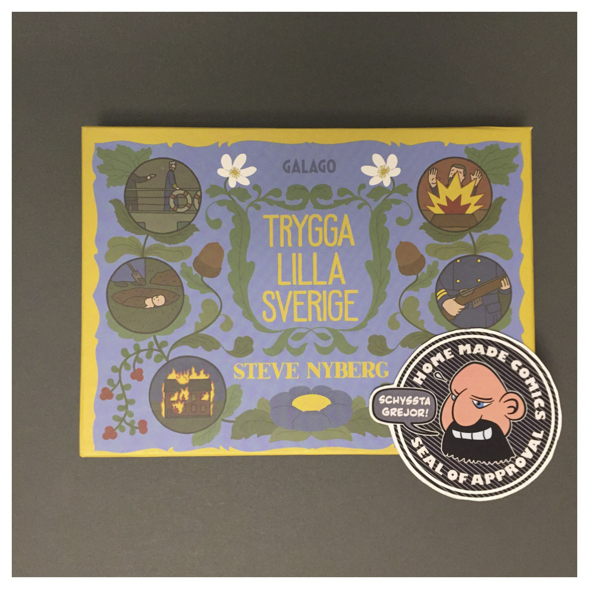 Home Made Comics Seal of Approval #209. Trygga lilla Sverige av Steve Nyberg utgiven av Galago 2016.