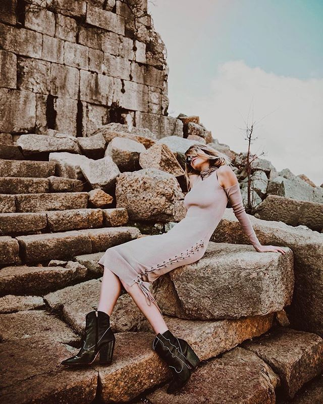 Between a rock and a hard place. 💫 The lace up dress 💫 @houstongraeff
