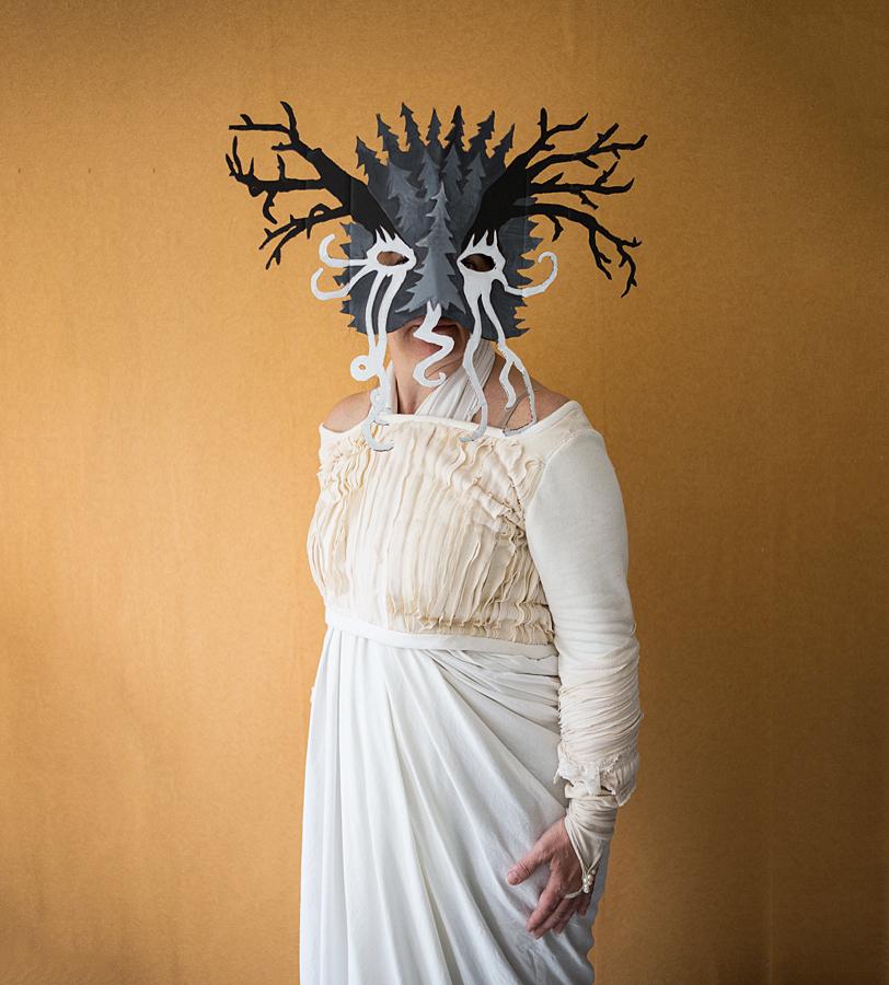 Pirjo Yli-Maunula, tanssitaiteilija, taiteilijaprofessori. Maski Sampo Marjomaa, puku Heidi Kesti. Kuva/Photo: Sanna Krook.