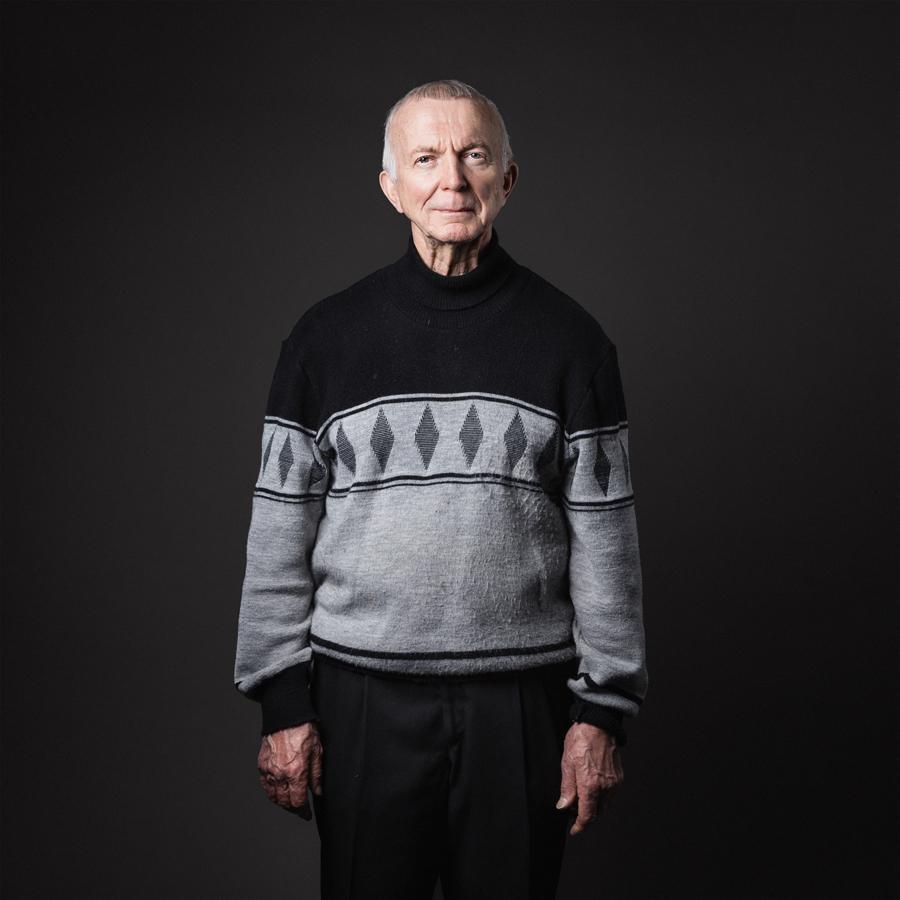 """Antti, 2014.  Kaukovainio - lähiötarinoita .   """"Elä nyt Kaukovainiolle, se on ihan hullu paikka, Villin lännen paikka.""""   Kukaan ei synny tyhjään maailmaan eikä jätä tyhjyyttä jälkeensä. Asuinpaikat, toiset ihmiset, yhteisöt jättävät meihin jälkensä ja me niihin. Kaukovainio - lähiötarinoita sarjan muotokuvat  Uma Louhelan keräämien tarinoiden kanssa ovat olleet esillä mm. Oulun taidemuseossa, sekä Tampereella, Mikkelissä ja Vaasassa. Näyttely koostui 40 kaukovainiolaisen muotokuvasta ja kuvista kaukovainiolaisista kodeista sekä haastattelupuheesta poimituista tarinoista. Valokuvatut ja haastatellut ovat pääosin eri henkilöitä. Kuvaukset ja haastattelut on toteutettu vuosina 2014–2015."""