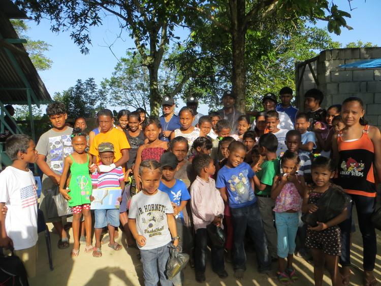 Children of Meten-Meer-Zorg with Guyana Foundation representatives.