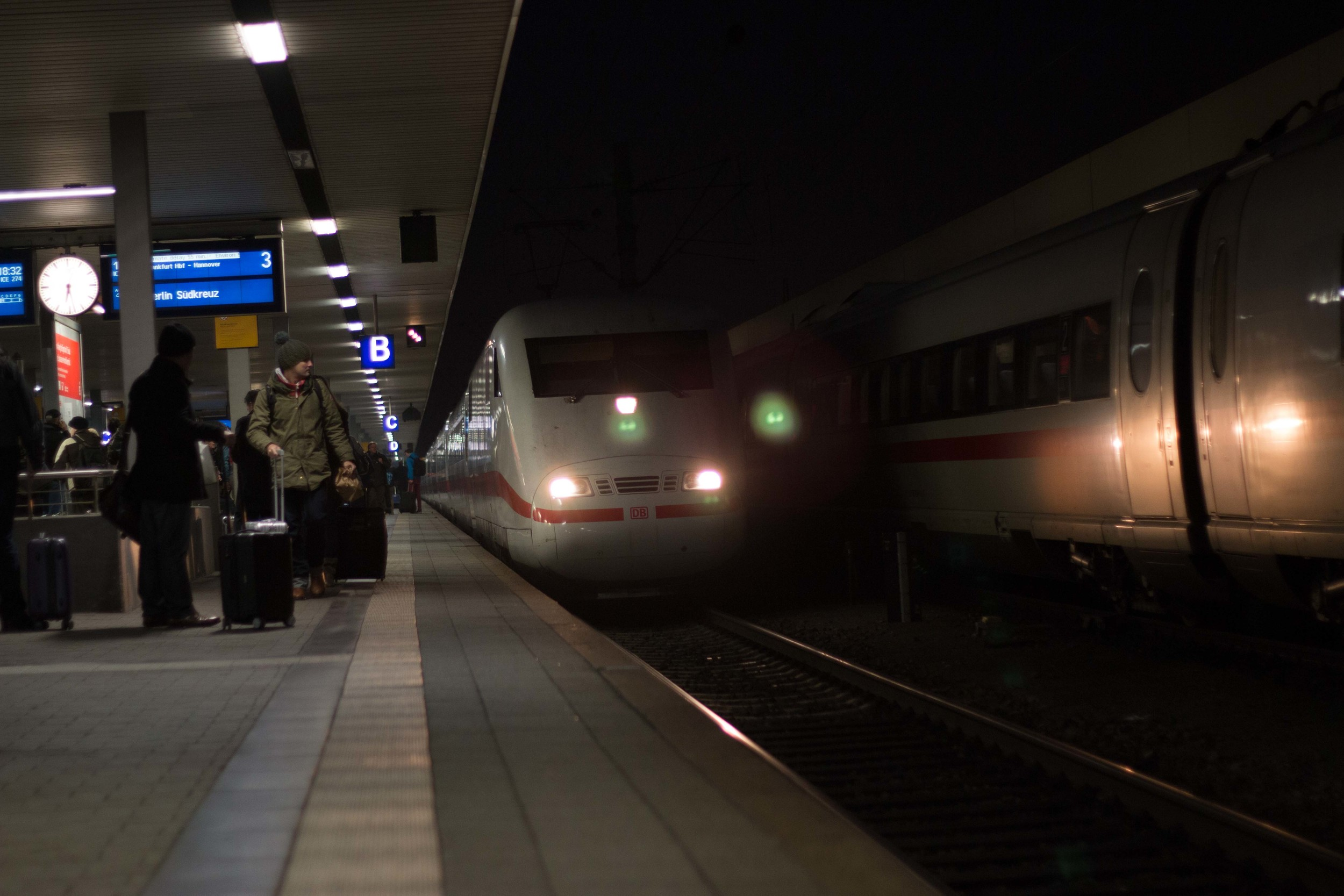 An ICE train pulling in to the Mannheim train Station
