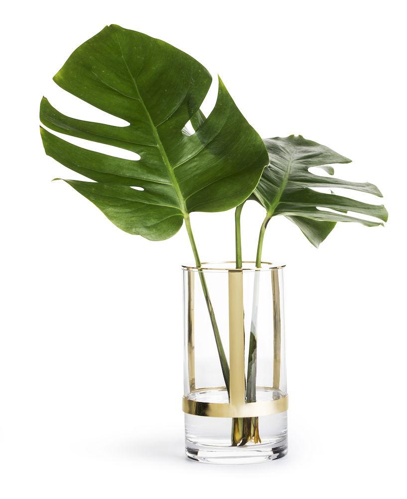 HOLD VASE - Hold er en unik glassvase designet av Pascal Charmolu. Vasens lengde kan justeres ved å flytte den gullfargede metallholderen opp eller ned. For å kunne støtte opp høye snittblomster med stil. Fra Sagaform299,-