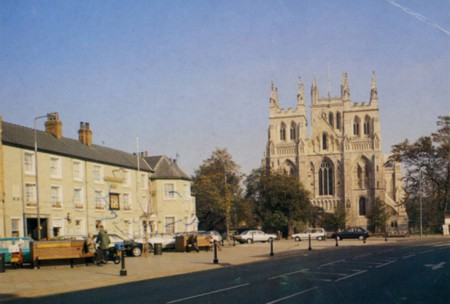 A picture thought to be in the 1970s shows the public house and hotel housed in the market square of Selby