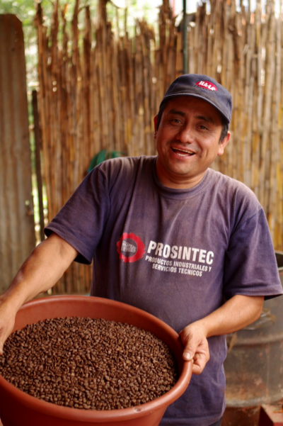 Gabriel Minas Roasting Coffee for De la Gente