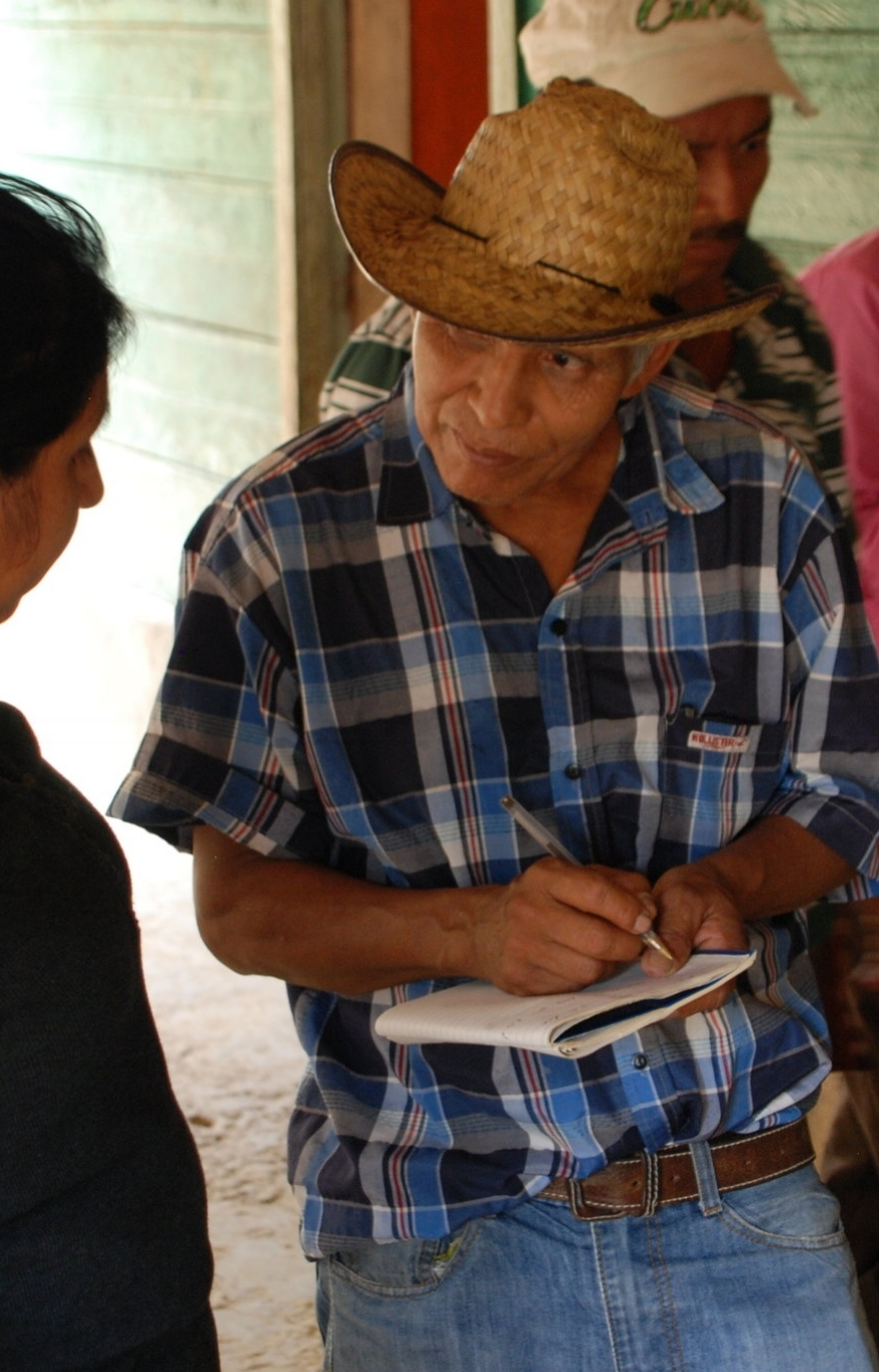 Don Abundio was determined to learn all that he could about helping his coffee, so the other farmers welcomed him in!