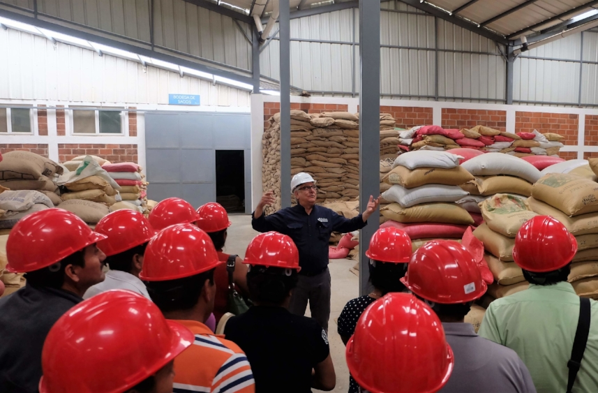 Dinámica facility manager answering farmers' questions during the tour.