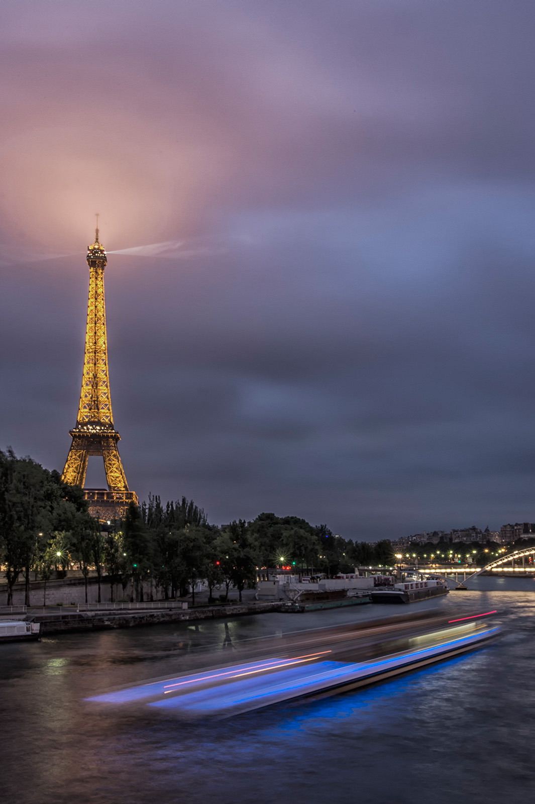 kp-eiffel-tower-and-waterscape-at-night_24-105mm.jpg