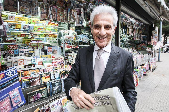 Мер Палермо покупает газету с новостями о возвращении русских на Сицилию.