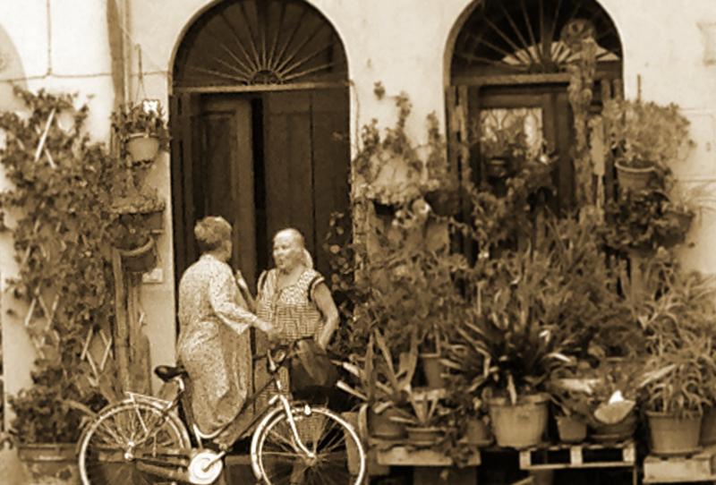 Nonnas exchanging gossip in Lucca