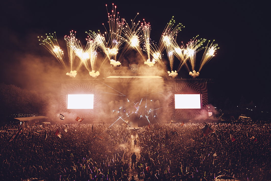 Calvin Harris drew the week long festival to a close along with 10,000 people armed with glowsticks, a visual feast. Myself and the press organiser had to run from the A38 stage where La Roux was performing, run underneath the main stage dodging the cannons and then up to the front of house, was pretty worth it, managed to say thankyou to the festival organiser to on behalf of NME.