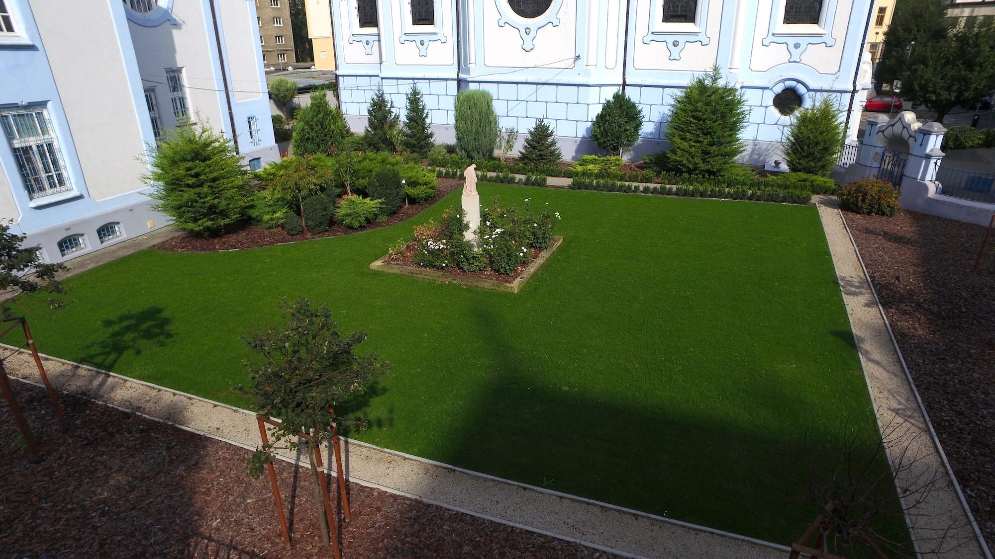 Modrý kostolík   Záhradné riešenia pre jedinečné miesto v centre Bratislavy Realizácia záhrady 2014