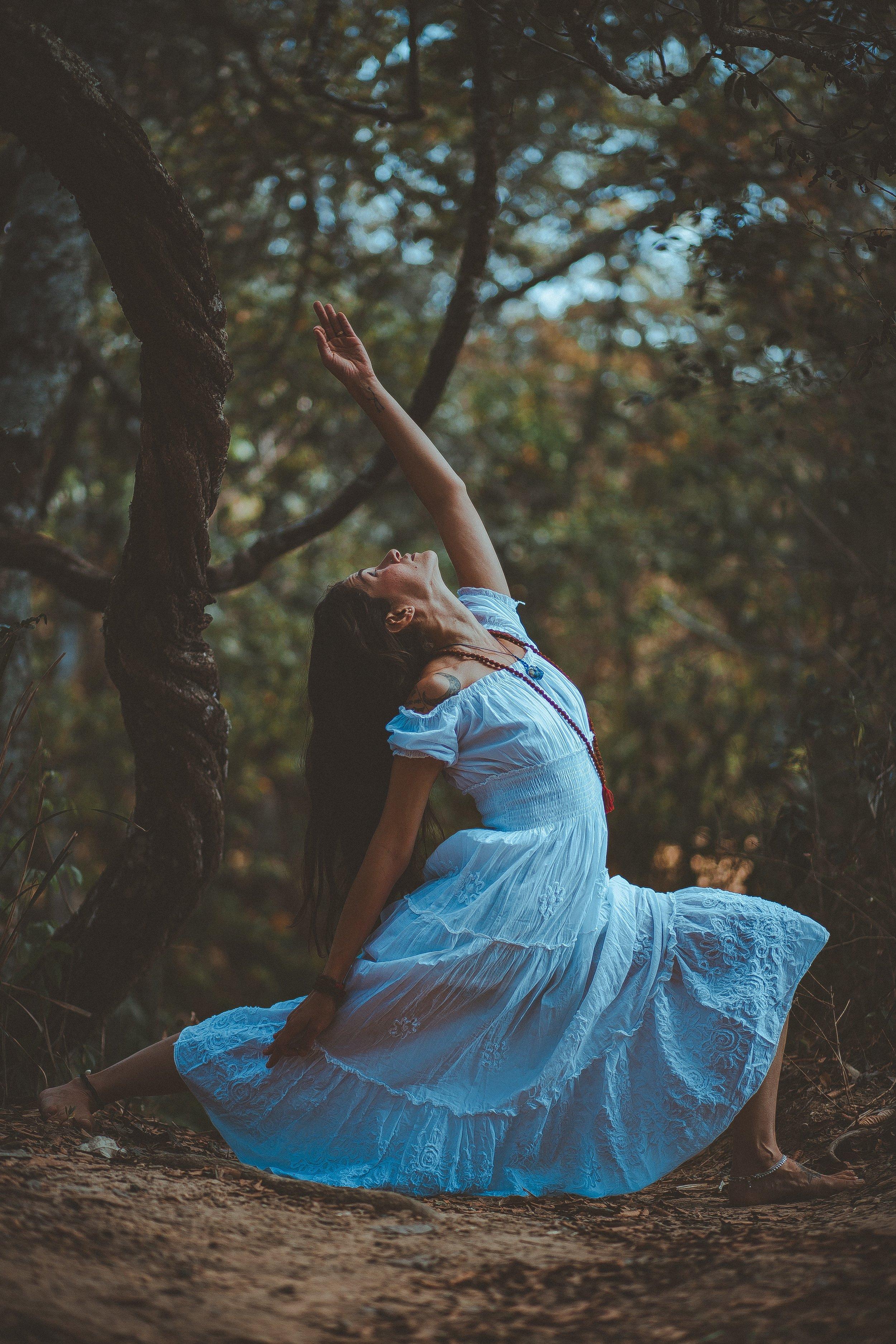 barefoot-daylight-dress-2035103.jpg