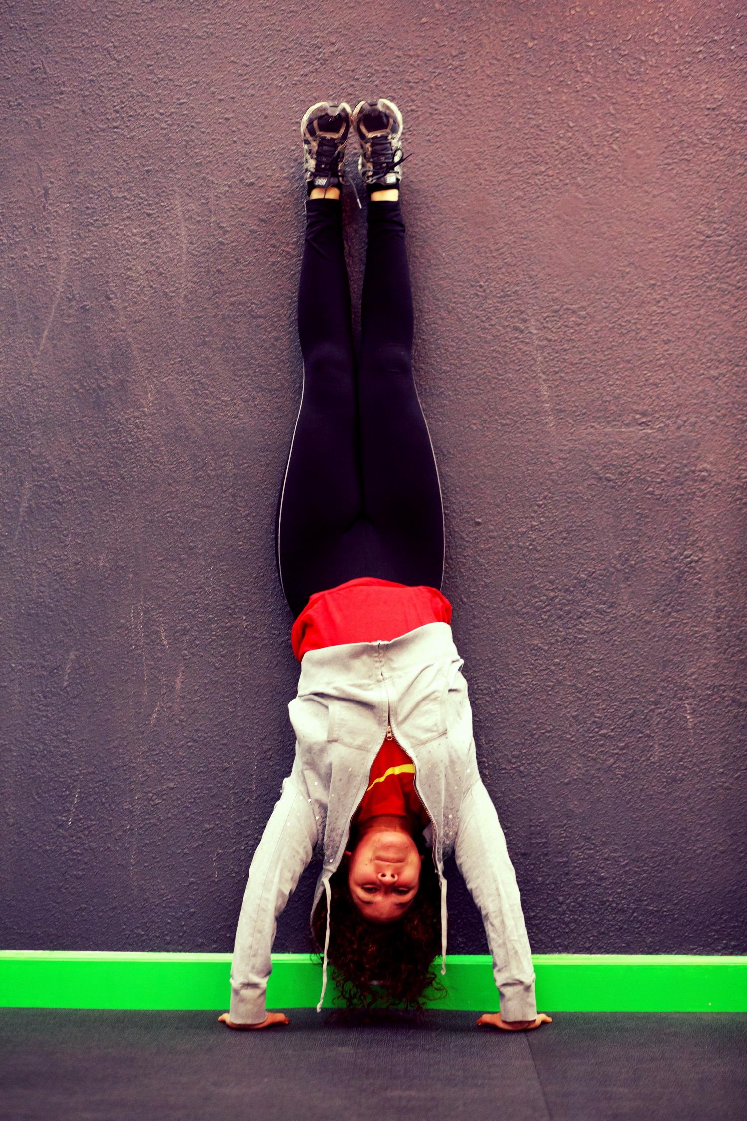 maria_handstand