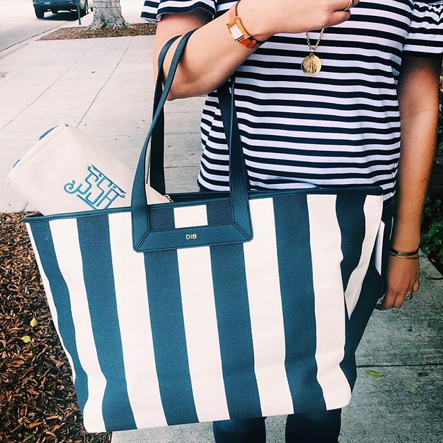 Resort Ready! Pack up for the beach in this gorgeous tote. The interior is lined so you can easily wipe out sand. Don't forget to add a pouch to store sunscreen in! ☀️ #themonogrammedhome #monogrammed #memorialdayweekend #beachbound #resortwear #resortstyle