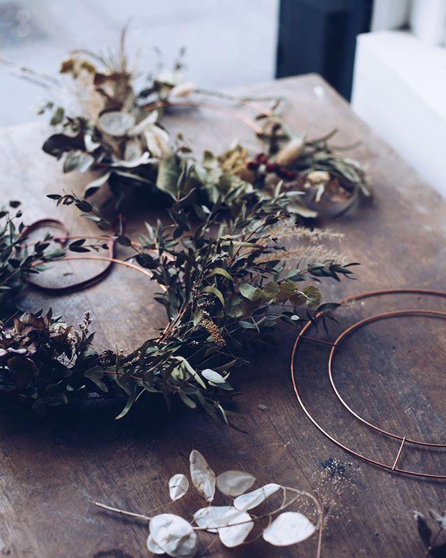 Super excited about our upcoming festive wreath making workshops in December @hatchhomerton Hackney & @paperdollshandmade craft market in Birmingham on the 23rd of November booking via the website. Link in profile. #festivity #wreathmaking #driedflowers #driedflowersstyle #everlasting wreaths