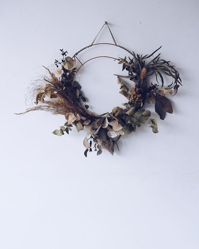 'The Seren Wreath' just one of a selection of wreaths that will be available to pre-order on our website soon. If you'd like learn how to make your own wreath that will dry beautifully, you can join one of our upcoming workshops. Link in the profile and more dates and locations will be added soon. #wreathmaking #everlastingwreaths #keepmewreath.