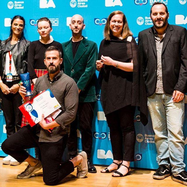 Unos agradecimientos por el premio a la Mejor Película en la Competencia Argentina del Bafici: Estoy orgulloso y conmovido de que se haya reconocido algo en mi trabajo y en el trabajo de las personas que me ayudaron a hacerlo. Así que gracias a Javier Porta Fous y a los programadores del Bafici por estar lo suficientemente intrigados por la película como para elegirla para la competencia de este año.  Gracias al jurado integrado por Mimi Plauche, Elad Samorzik, @deraghcampbell, Diego Lerer y @Fanny.ostojic quienes eligieron mi película. Gracias a @cinecolorargentina @laburbujasonido , Arte Multiplex Belgrano, Sala Lugones, Red de Salas Mercosur y el Ministerio de Cultura por los generosos premios que pondrán a Fin de siglo en cines míticos de Argentina y que también pronto ayudarán a concretar mi próxima película. Gracias a mi amiga @marialagreca por presentarme a @juanbarberini , un actor extremadamente inteligente, sensible y comprometido que elevó mi guión y toda la estructura de la película.  Gracias a @ramonpujol , un intérprete con un exquisito rango actoral y gran carisma (además de ser básicamente un potro para El Hollywood Reporter) y un nuevo amigo. Gracias a mi hermana @miamaestro , que voló desde muy lejos para trabajar en la película durante un día y medio y ahora ilumina la pantalla con su belleza y profundidad.  Gracias a mi director de fotografía, @bernat.mestres , que aceptó trabajar en la película de un extraño y luego se lanzó a 12 días intensísimos con una dedicación inquebrantable y una mirada siempre aguda.  Gracias a mi otra hermana / doble asiática, @jleehello , que nos dio tapas, consiguió los permisos de filmación y descargó el material grabado (con solo una falla en el día 8 ya perdonadas) entre muchas otras cosas.  Gracias a Joe Fletcher, que fue parte de nuestro equipo de filmación, grabando sonido directo y es probablemente una de las personas más fáciles con quienes trabajar en el mundo (y con mejores camisas). Sigue ⬇️