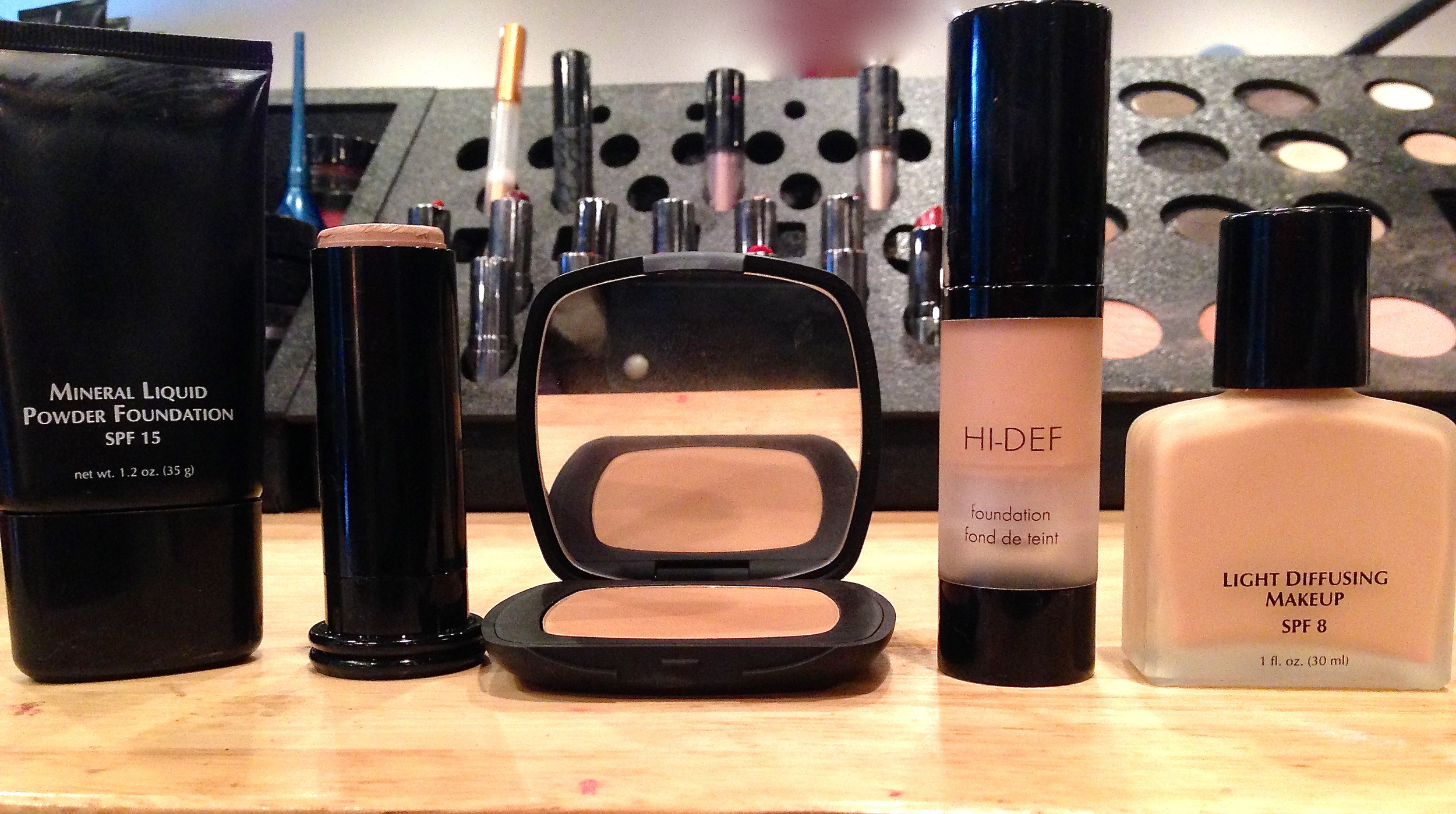 Foundations in liquide mineral, cream, powder, Hi-Def, oil free, and with oil