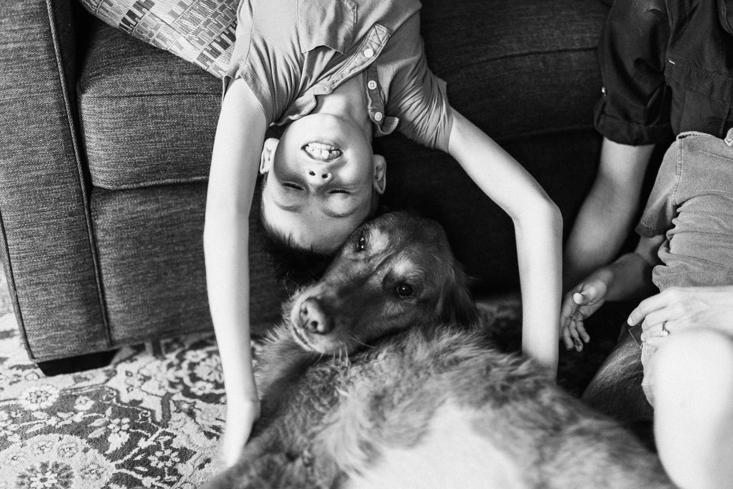 black-and-white-photograph-from-in-home-photo-session-with-dog-suguarhouse-utah