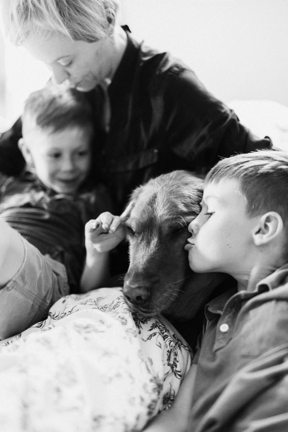 bw-photo-of-dog-and-family-in-the-home-portraits-slc-utah