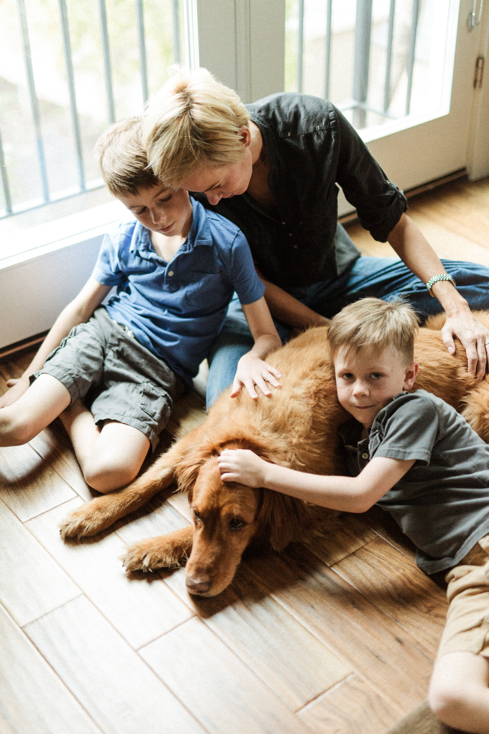 photograph-of-family-and-old-dog-in-home-photographer-salt-lake-city-utah