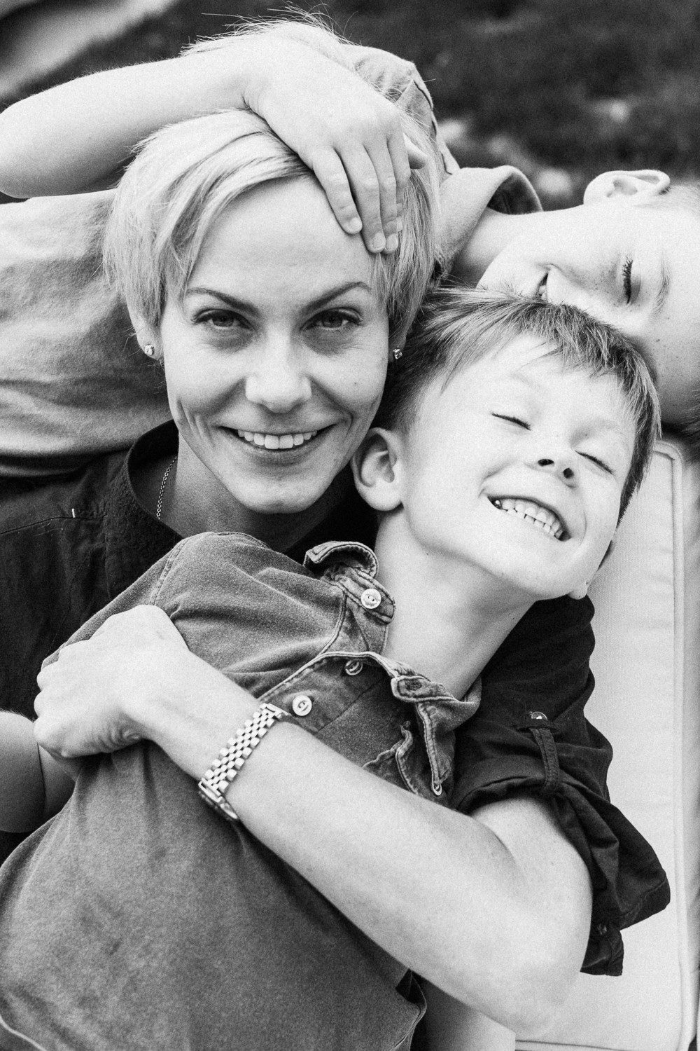 candid-black-and-white-photograph-of-mom-and-sons-in-backyard-at-in-home-photo-session-slc-utah