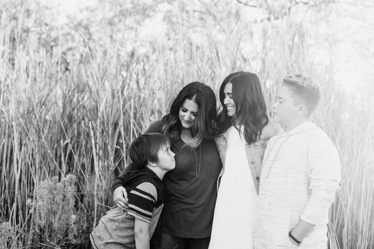 candid-black-and-white-family-photograph-at-antelope-island-jen-fairchild-photography