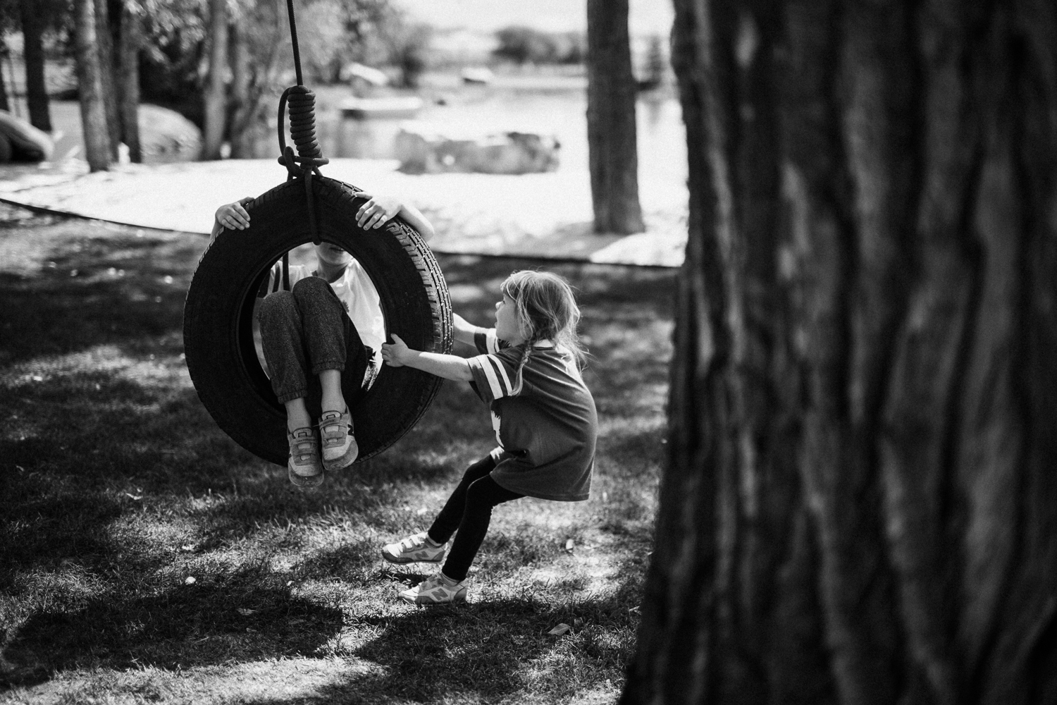 storytelling-photograph-of-kids-playing-on-tire-swing-in-heber-ut