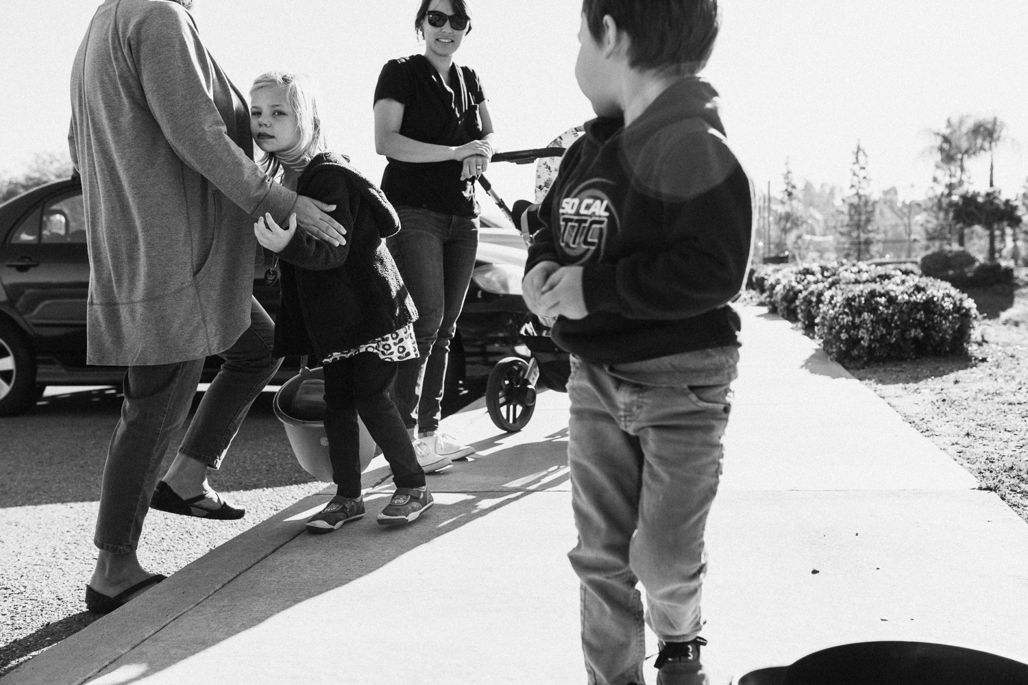 candid-black-and-white-lifestyle-photo-of-young-boy-and-family-san-diego-ca