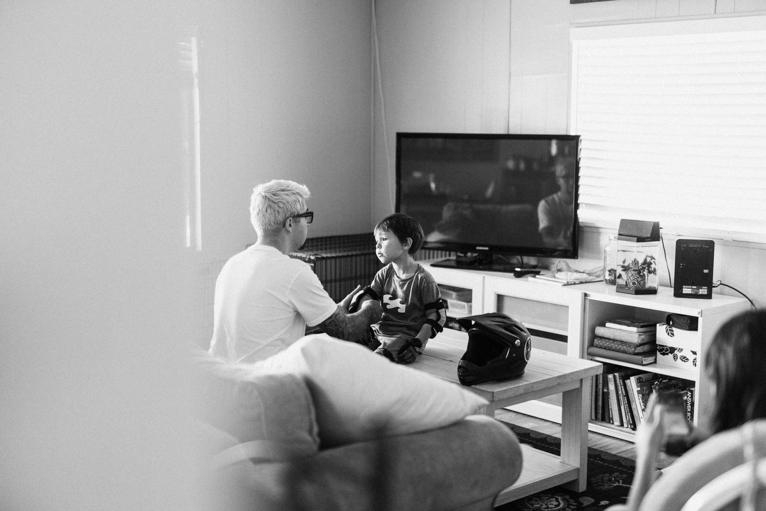 candid-black-and-white-photo-of-dad-and-son-at-home-poway-ca